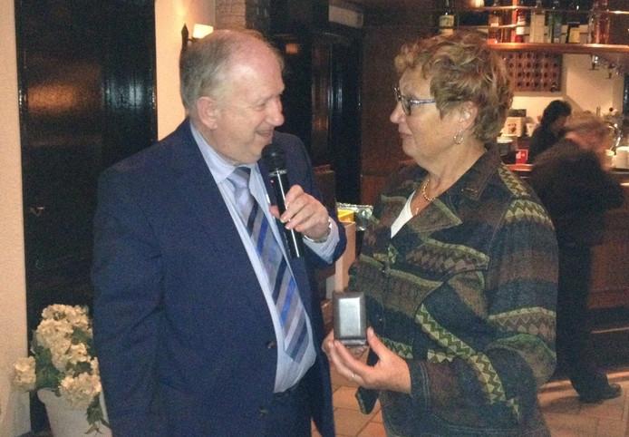 Marion Spierings (62) uit Cromvoirt kreeg het verenigingsinsigne in goud uit handen van Hans Timmers.