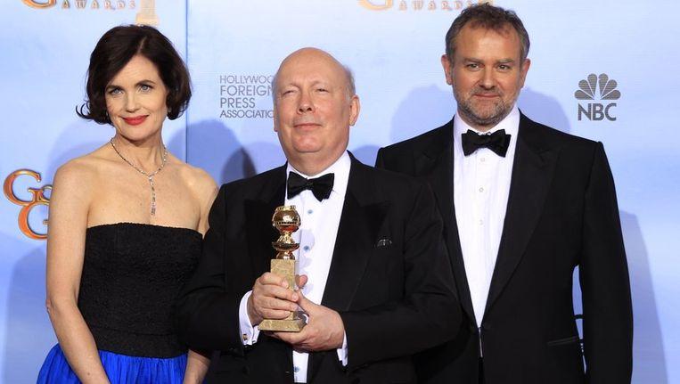 Schrijver-producer Julian Fellowes in het midden, bij het winnen van de Golden Globe voor beste miniserie. Beeld reuters