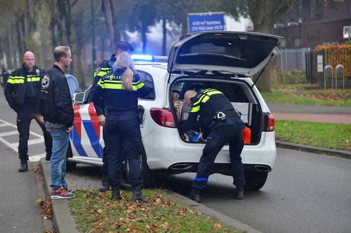 Politiewagen rijdt tegen paaltje bij brandmelding in Breda.