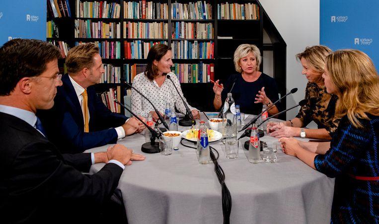 Met het oog op morgen, presentatoren Lucella Carasso en Wilma Borgman ontvangen leden van het kabinet. Beeld ANP