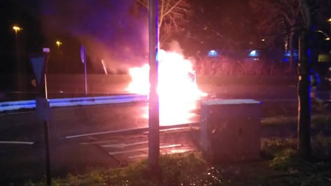 Getuigen halen chauffeur uit brandende wagen na slippartij, bestuurder ongedeerd