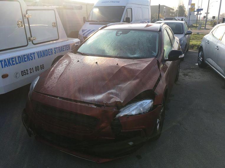 De auto raakte aanzienlijk beschadigd na de aanrijding.