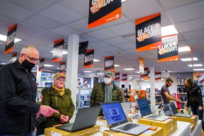 Bas en Liske Haarlem uit Waspik krijgen een vakkundig advies over laptops van Expert Rob Rauwenhorst.