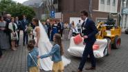 Geen limo of oldtimer voor dit bruidspaar