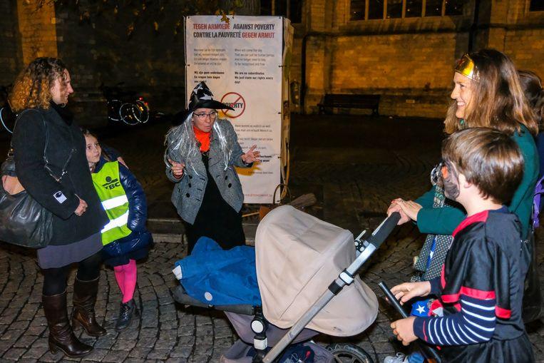 Een heks daagt voorbijgangers uit om de duistere hoekjes van Leuven te ontdekken.