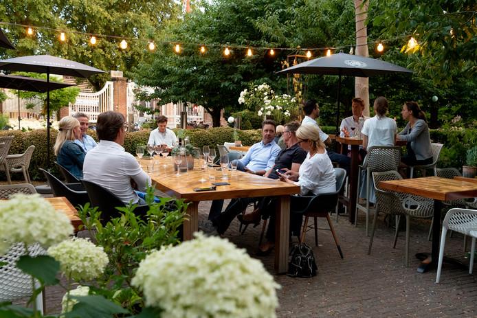 Op het terras van de wijnbar geeft de gast zijn smaakvoorkeur op, en laat zich dan verrassen.