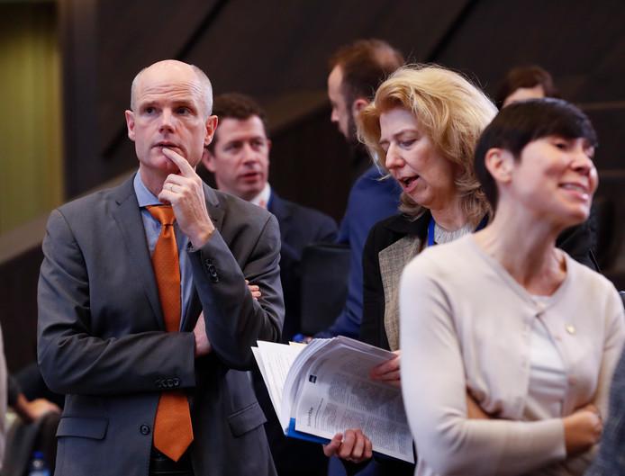 De hele Tweede Kamer, met uitzondering van de VVD, eist dat minister Stef Blok van Buitenlandse Zaken (links op de foto) de noodwet voor een harde brexit aanpast.