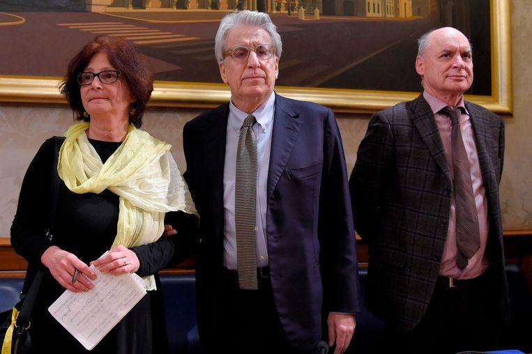 Paola Regeni (links) en Claudio Regeni (rechts) samen op de foto met de Italiaanse senator Luigi Manconi (centraal) tijdens een persconferentie.