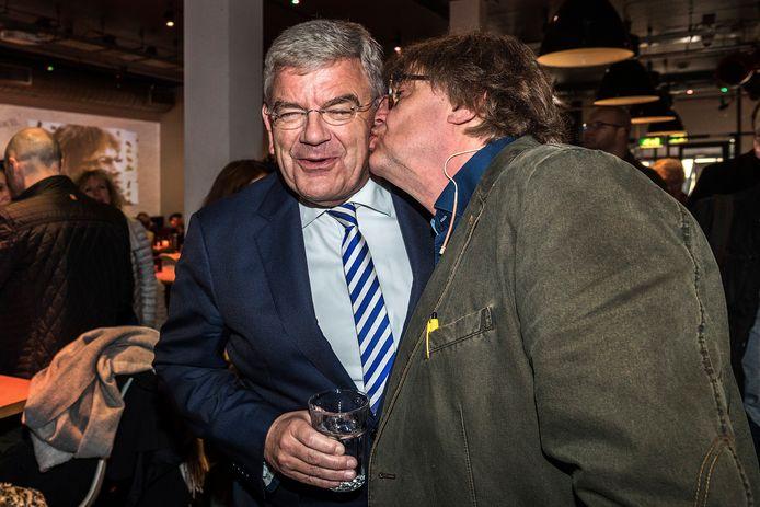 Burgemeester Jan van Zanen krijgt een zoen van Henk Westbroek.
