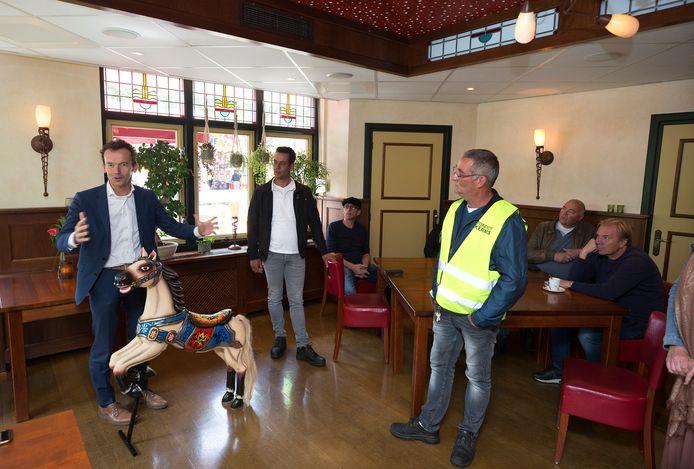 De Zevenaarse burgemeester Lucien van Riswijk kreeg een draaimolenpaard cadeau van de kermisexploitanten als dank voor zijn beslissing om de kermis toch door te laten gaan.