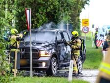 Auto vliegt op N487 bij Numansdorp in brand