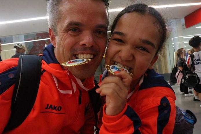 Gerard Smits (l) en Vivienne Voorn met hun gouden medailles op de World Dwarf Games in Guelph, Canada.
