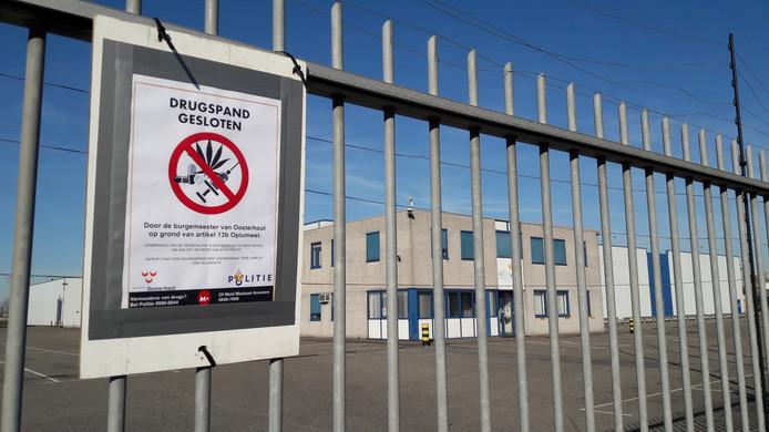 Het voormalige bedrijfsterrein van Van Wanrooy Transport aan de Koopvaardijweg 7 in Oosterhout is maandagochtend 25 februari voor een jaar gesloten door de gemeente nadat vorig jaar grootschalige cocaïnesmokkel werd geconstateerd.