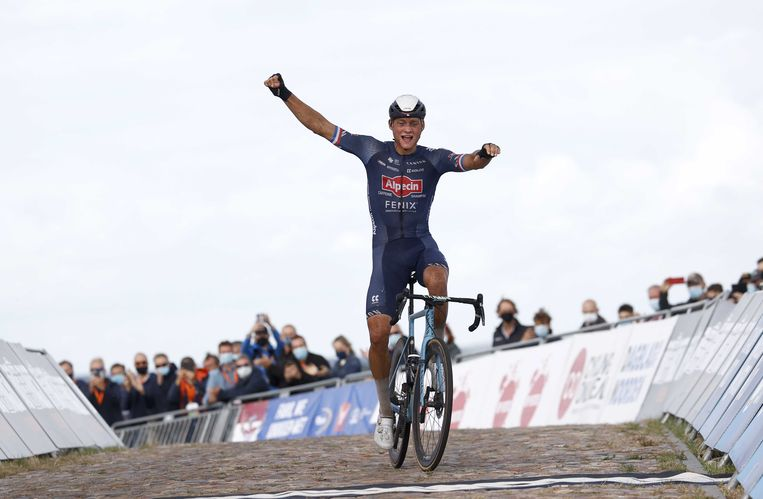 Mathieu van der Poel wint de wegwedstijd voor profs-mannen op het NK Wielrennen.  Beeld ANP