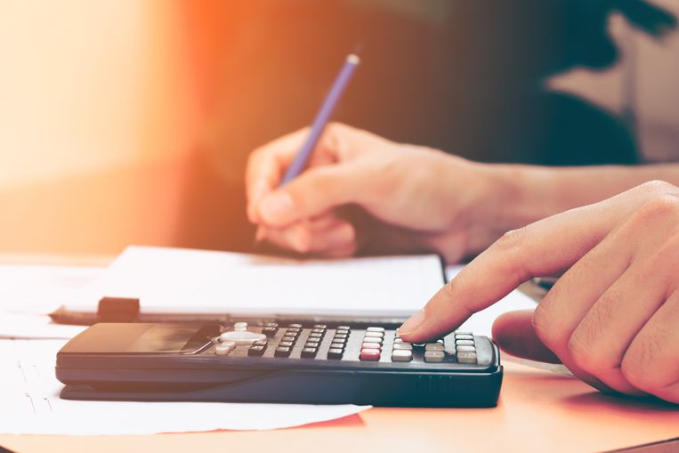 Het totale kostenplaatje verschilt weinig van vorig jaar: toen kostte een kotstudent zonder recht op een beurs 12.425 euro, tegenover 8.076 euro voor een pendelstudent. Volgens CEBUD wordt de kleine stijging verklaard door de levensduurte.