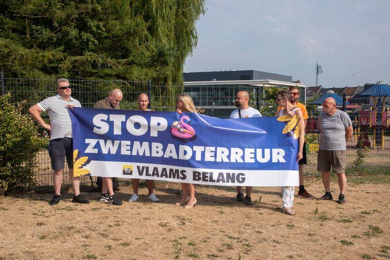 Zo'n 15 actievoerders van Vlaams Belang verzamelden aan het openluchtzwembad De Warande.