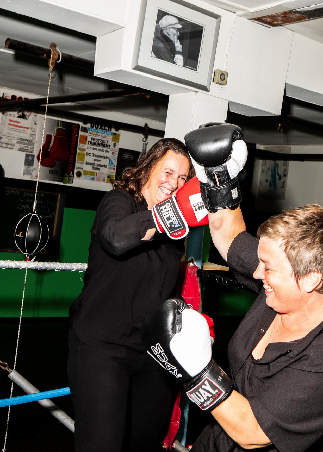 Museumdirecteur Deirdre Carasso en kunstenaar Anne Wenzel dagen elkaar uit in de ring, in de Loopuyt Fight Club in Schiedam.  Beeld Hilde Harshagen