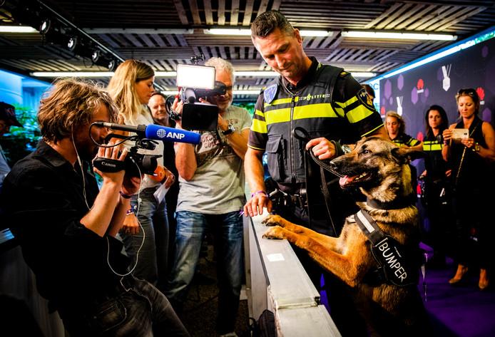 Politiehond Bumper op de rode loper voorafgaand aan de uitreiking van de Best Social Awards.