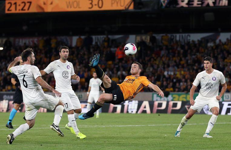 Diogo Jota werkt spectaculair binnen voor de Wolves.