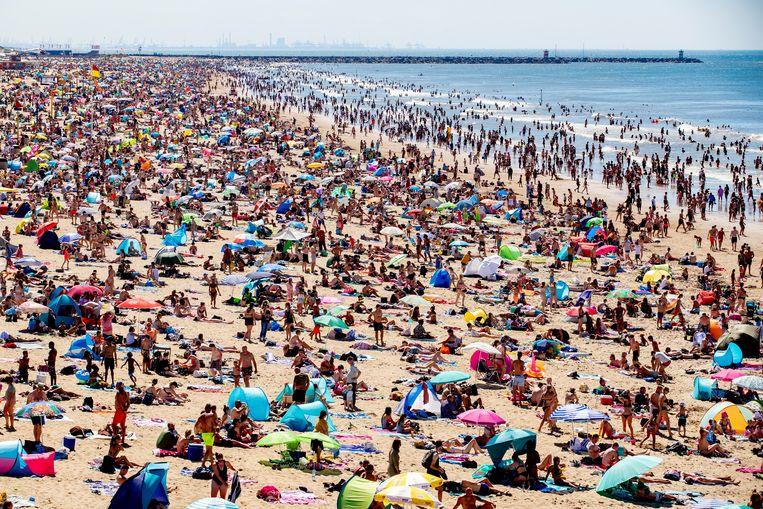 Drukte op het Scheveningse strand. Beeld Hollandse Hoogte /  ANP