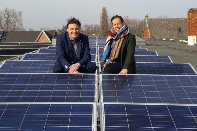 Schepenen Goedele Uyttersprot (N-VA) en Mike Torck (Groen) sturen een zonnecoach op de Lebbeekse ondernemers af.
