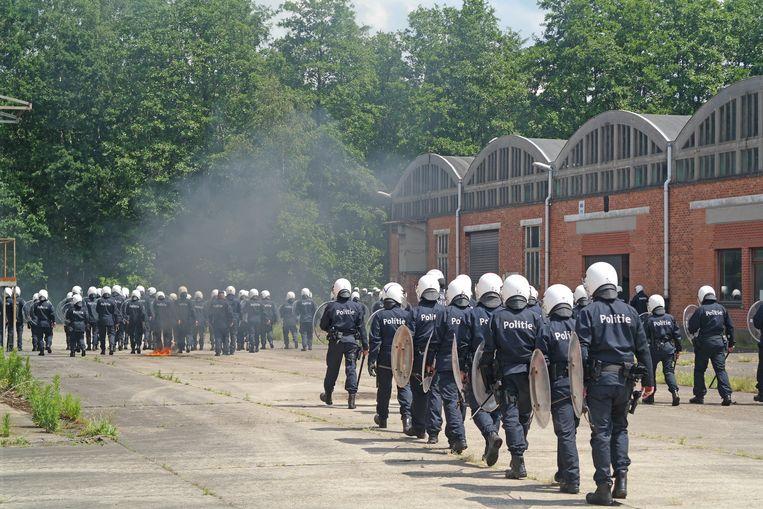 Een grote oefening voor het insluiten van manifestanten.