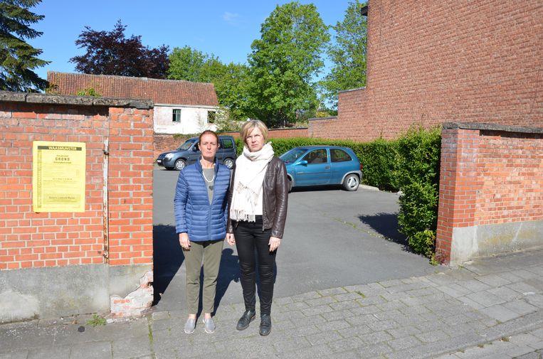 Isabelle Bundervoet en Marijke Van Arnhem voor de parking in de Schietakkerstraat die de gemeente in de etalage heeft gezet.