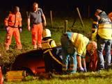 Auto rijdt in sloot langs Emerparklaan Breda, bestuurder zwaargewond