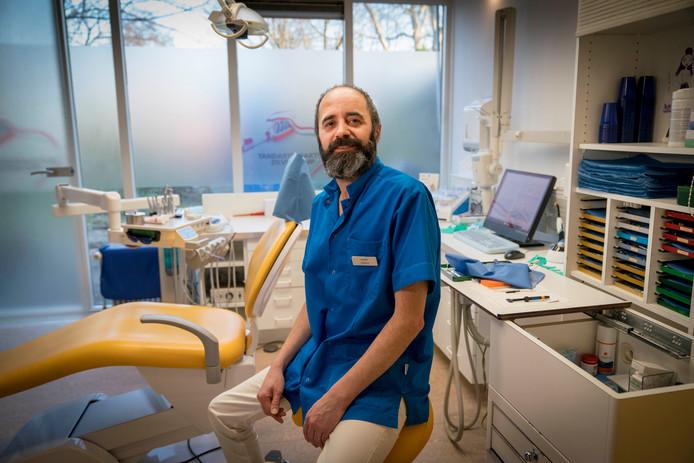 Iraniër Camran Rewakhah werkt binnenkort als tandarts in Hengelo.