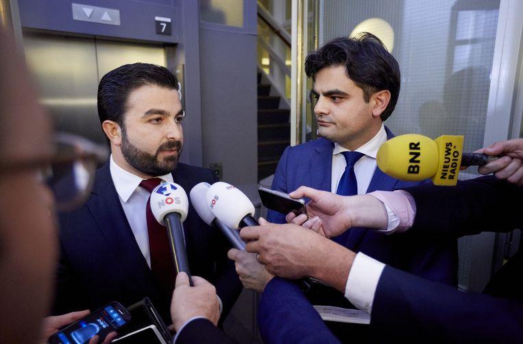 Tunahan Kuzu (R) en Selcuk Ozturk staan de pers te woord na een extra en urenlang PvdA-fractieberaad waar werd besloten dat zij de Tweede Kamerfractie van die partij moeten verlaten. Beeld anp