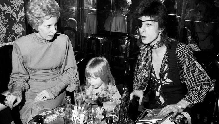 Een persconferentie van David Bowie met vrouw en kind in het Amstel Hotel, 1972. Beeld Nico Koster