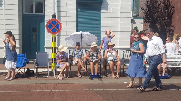 Bezoekers van de Brabantsedag wachten op de start van de theaterparade in de brandende zon. Zo'n voetenbad is dan wel heerlijk fris.