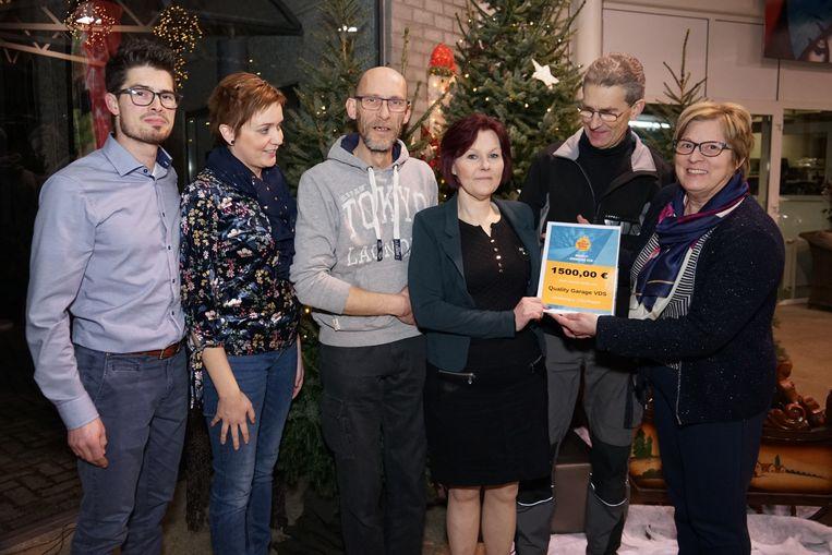 Garage VDV kon Grensloos vzw een cheque van 1.500 euro geven