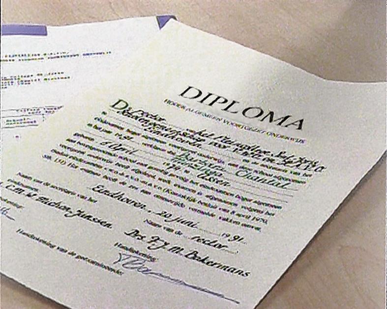 Echt of vervalst? Werkgevers moeten gissen of een sollicitant een echt diploma laat zien, want op internet floreert de handel in falsificaties.