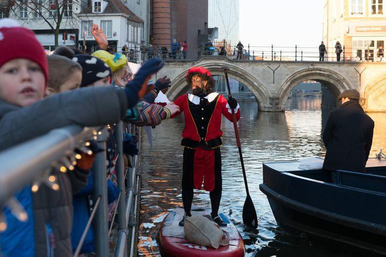 De leerlingen van GoShil! begroeten Zwarte Piet. Die voerde zonder problemen een gevulde zak mee op zijn surfplank.