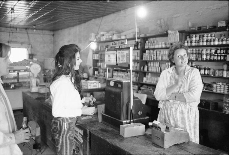 Bobbie Gentry in een winkel in Chickasaw County, Mississippi, 1967.  Beeld Getty