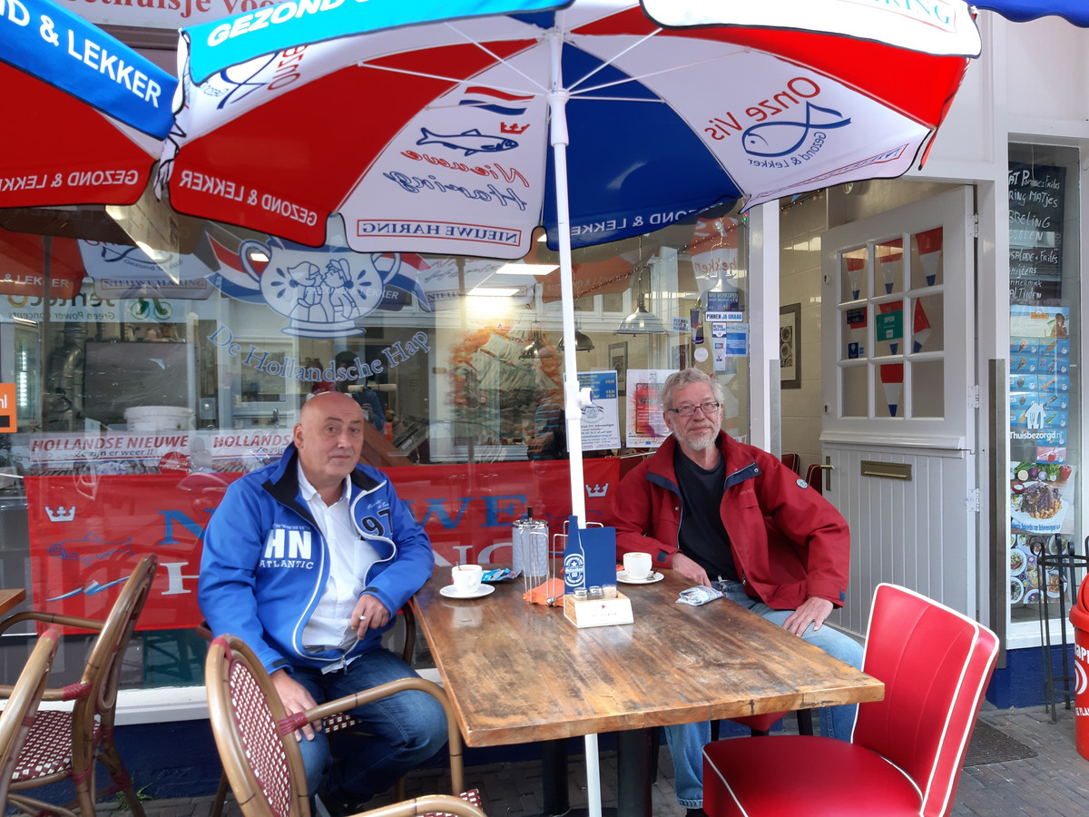 Ronald en Martin bij viskraam De Hollandse Hap: 'Je had hier in '88 moeten zijn, man wat een feest'.
