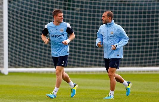 Pablo Zabaleta (r) op de training bij City met James Milner.