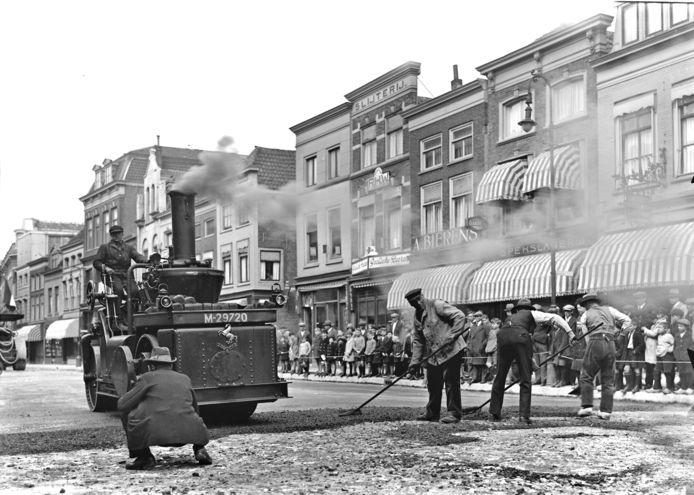 Het asfalteren van het Bagijnhof trok veel nieuwsgierigen (april 1930). Het straatje achter de wals is de Sisarijs of Sarisgang die slachtoffer werd van het saneringsplan. De bebouwing rechts werd gesloopt.