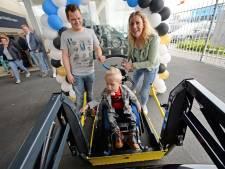 Dankzij de rolstoelbus kent de wereld voor Jens (4) en zijn ouders geen grenzen meer
