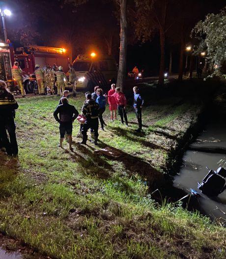 Bestuurder scootmobiel rijdt in Kampen de sloot in: omstanders halen hem uit het water