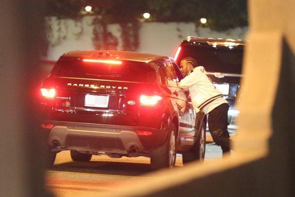 Hamilton keuvelt met Zahra tijdens de stop aan het tankstation.