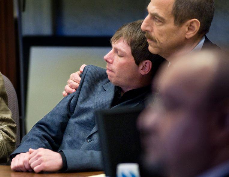 Kerry Lewis leunt tegen zijn advocaat nadat het vonnis tegen de Boy Scouts of America  was uitgesproken in Portland, in 2010. Beeld AP