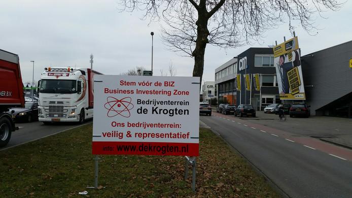 Zes borden bij de toegangswegen van het terrein laten zien dat ondernemers van De Krogten kunnen stemmen op het voorstel.