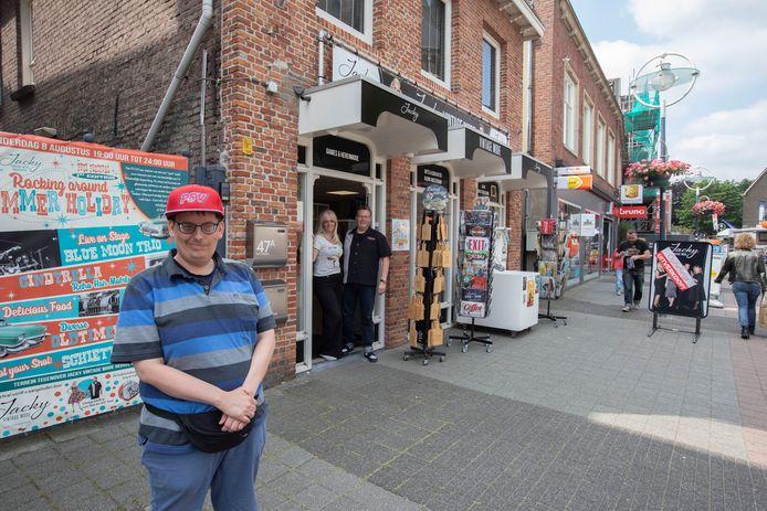 Jacky en Liesbeth Plantaz van de vintagewinkel in Geldrop regelen onder meer voor hun zoon John een galatocht en galabal.