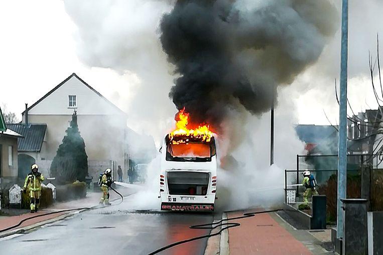 De bus ging volledig in de vlammen op.