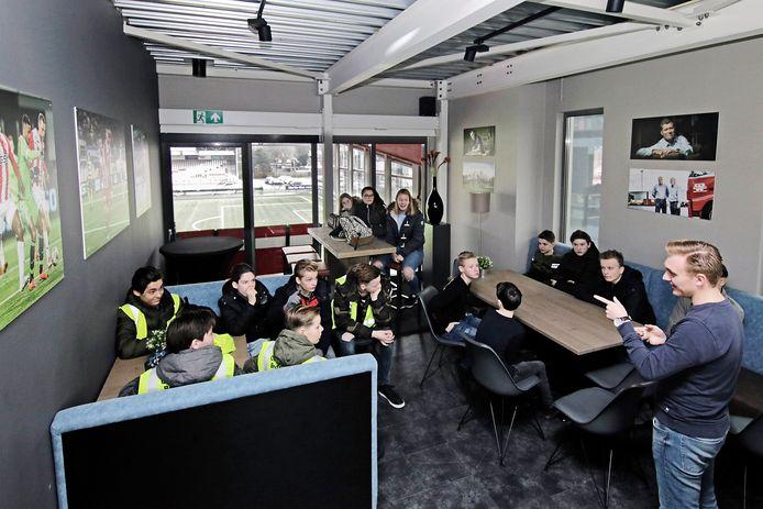 Jongeren nemen op de bedrijvendag een kijkje in een skybox van FC Oss.