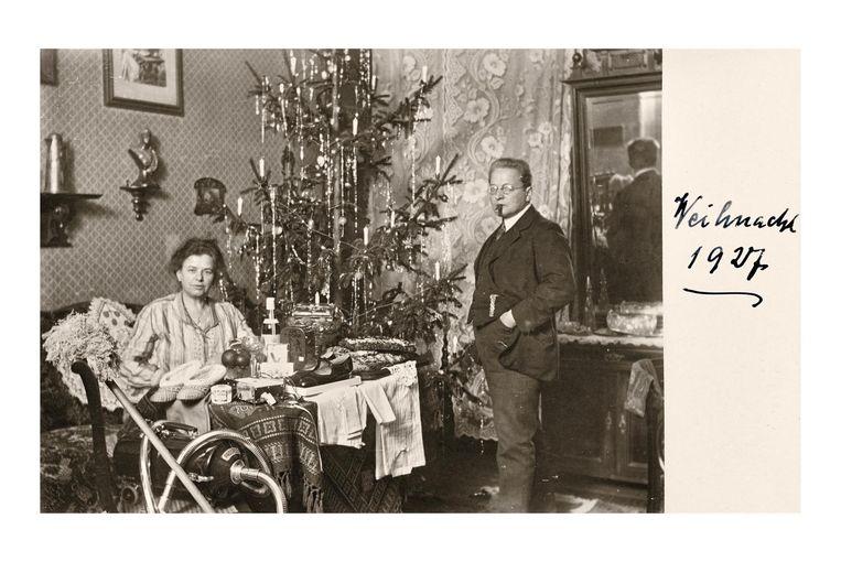 1927: Elektrische kaarsjes in de boom en een stofzuiger in de voorgrond. Beeld Museum Charlottenburg-Wilmersdorf