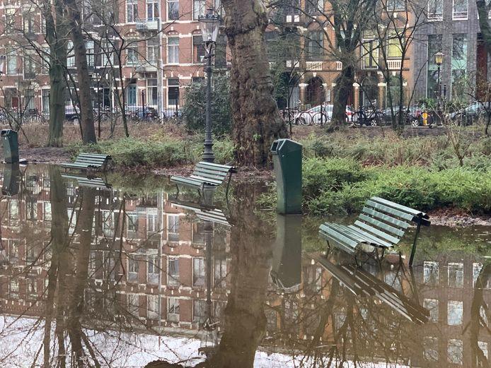 Wie heeft die bankjes in het water gegooid?