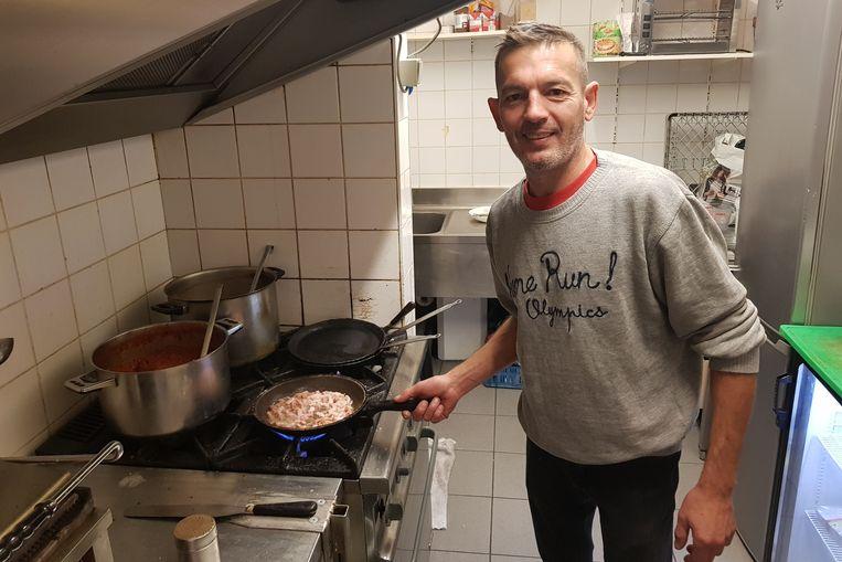 Eddy De Greef van taverne Retro in de Basiliekstraat heeft klanten verloren aan het nieuwe buurtrestaurant.